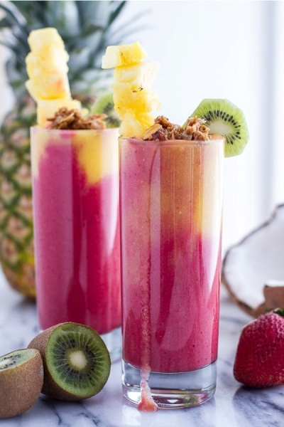 Tropical Fruit Breakfast Smoothie.  Bahan: pisang, kelapa, flax, mangga, nanas, strawberry.