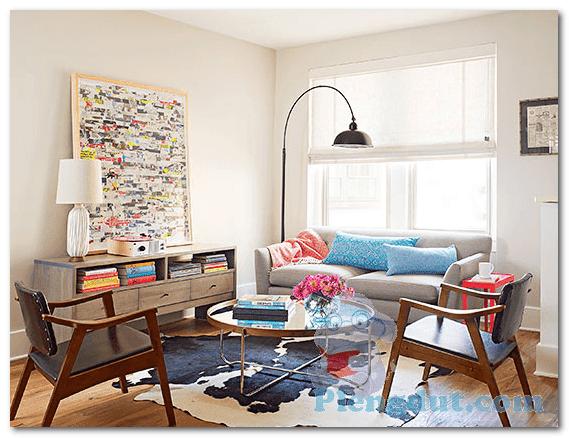 Ide 05: Satu sofa dan dua kursi berbahan kayu akan membuat situasi ruangan sederhana dan luas