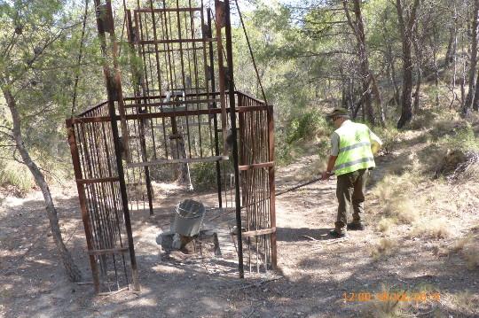 Agentes medioambientales decomisan jaulas trampa de grandes dimensiones en la comarca de l'Alacantí