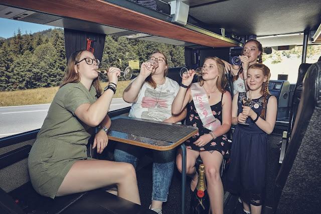 JGA im Tourbus, Lifestyle Hochzeit in den Bergen, Zillertal, Tirol, Alpenwelt-Resort, Navy Blue, Blush, Gold, Hochzeitsplanung 4 wedding & events Uschi Glas, Hochzeitsfotografie Marc Gilsdorf Alpenwedding