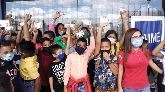 ¡TODO UN SACRIFICIO! PADRES DE NIÑOS TORRENSES HACEN DE TRIPAS CORAZONES PARA SACAR LA CÉDULA DE SUS HIJOS