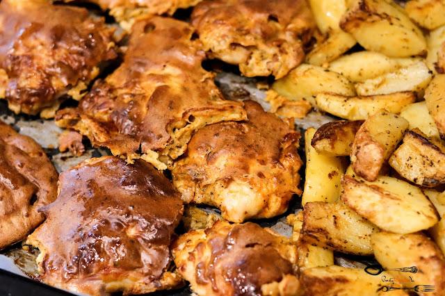 dania obiadowe, pieczony kurczak, udka kurczaka w cieście, udka pieczone, szybki obiad, obiad z piekarnika, pieczone ziemniaki, ciasto naleśnikowe do mięsa,