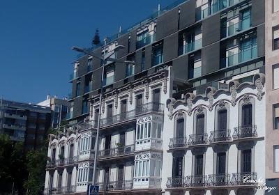 Casas de los Catalanes , proyecto de los arquitectos Tomás Rico y Victor Beltrí, encargado en 1907 por el Banco de prestamosy descuentos de Barcelna para alquiler de pisos, de ahí su nombre de Casas de los Catalanes
