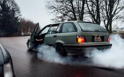 الدخان الخارج من السيارة أنواعه و أسبابه