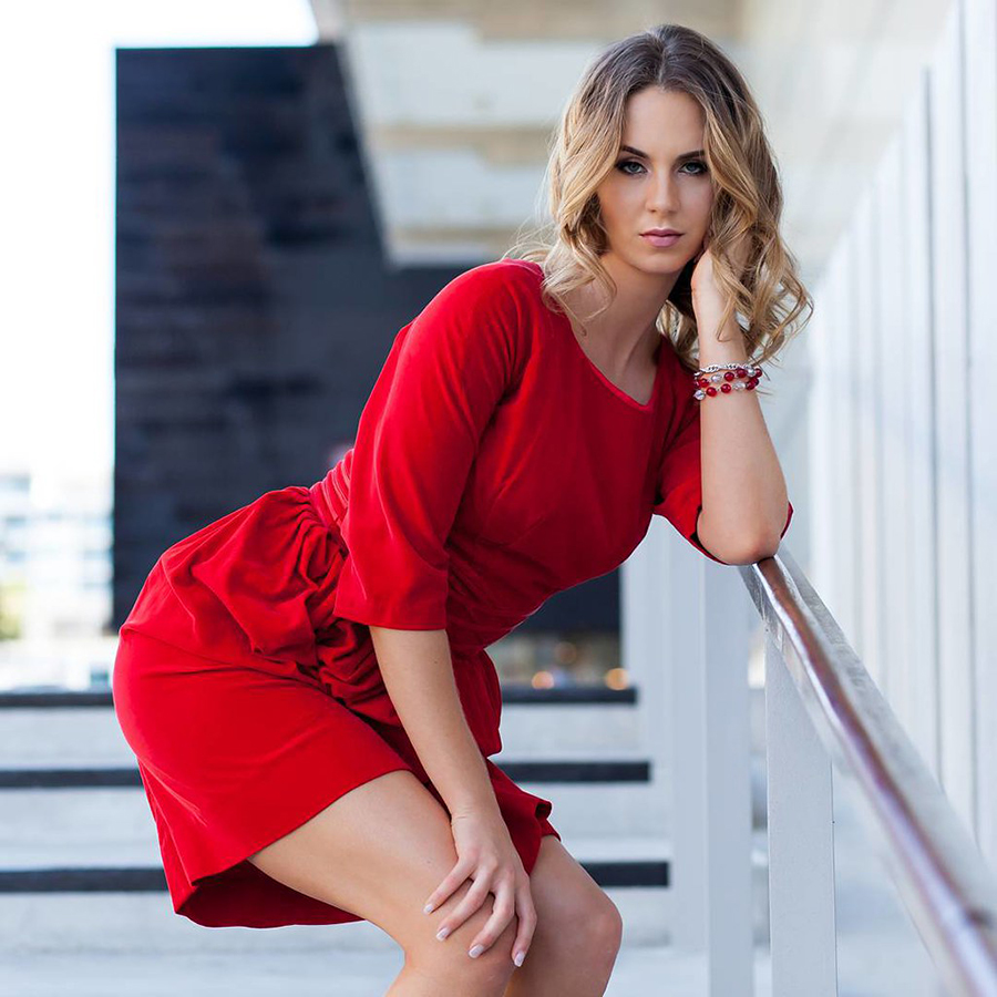 Rambut pirang gaun merah seksi dress cewek