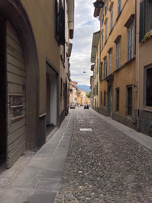 Starting off on the cobblestones of via San Tomaso.