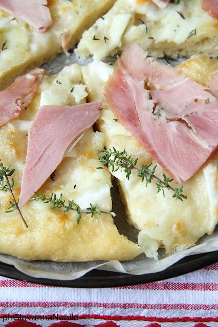 Pizza di grano kamut con prosciutto cotto al basilico Lenti, mozzarella e timo