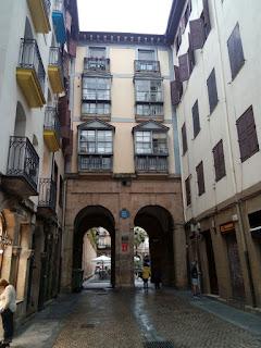 Preciosos arcos de entrada a la plaza