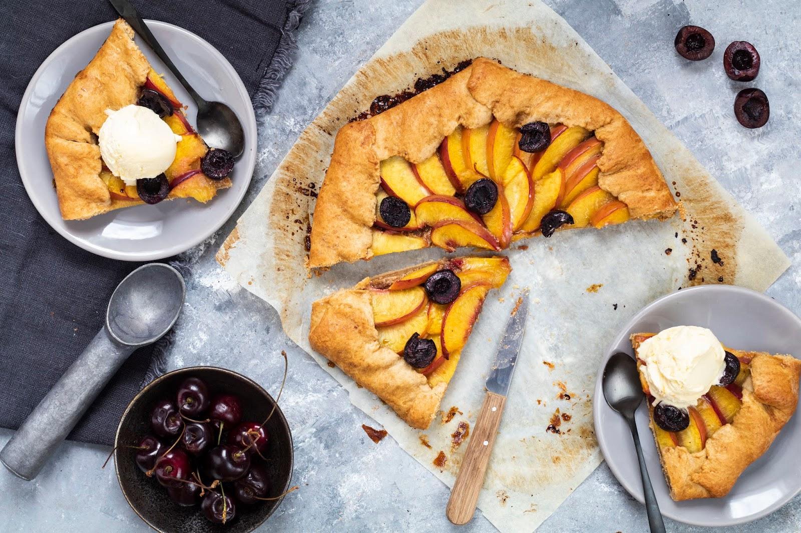 Recette de la tarte rustique aux nectarines et aux cerises servie avec une boule de glace vanille