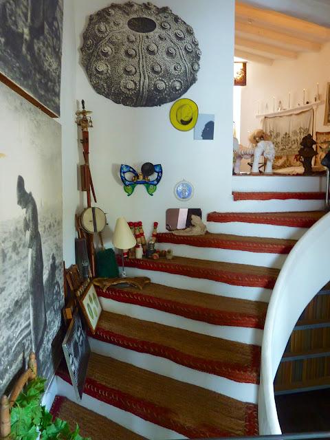 Escalera con fotografía de un cuadro de Millet en Museo Dali