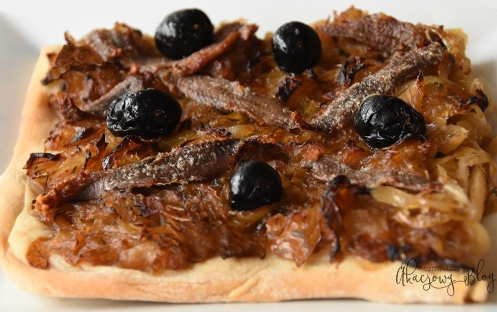 Pissaladière - prowansalski płaski chleb z cebulą, anchois i oliwkami.