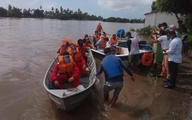 Bombeiros resgatam pessoas ilhadas no município de Conde
