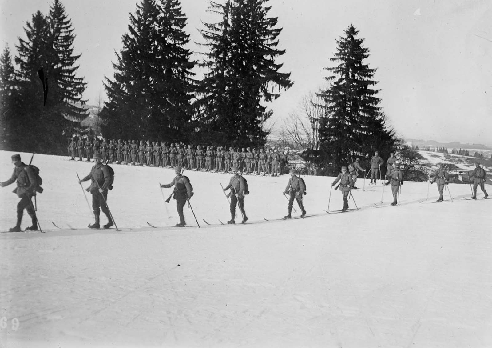 Austrian soldiers move out on skis. 1915.