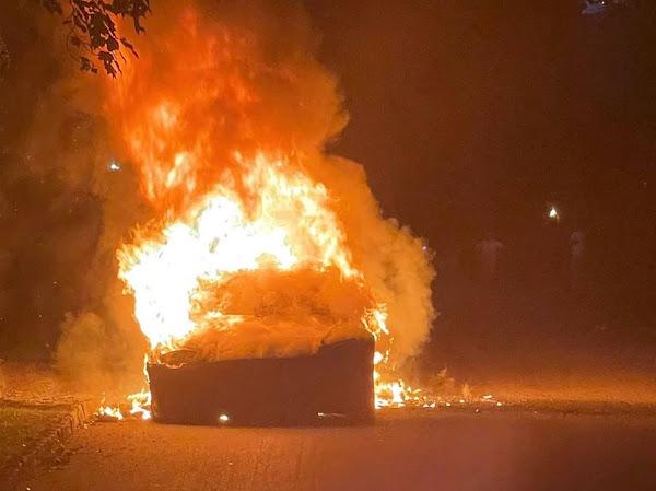 Tesla Model S Plaid explode em chamas com o dono dirigindo, diz site