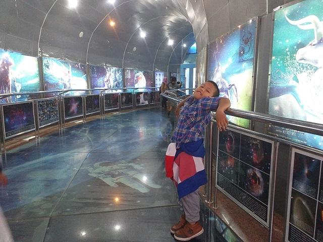 lorong menuju di Planetarium exhibition hall