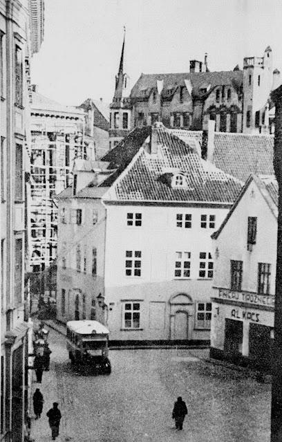 """Первая половина 1930-х годов. Рига. Домская площадь до """"расширения"""". """"Вправо от автобуса уходит Яуниела. Это её начало"""""""