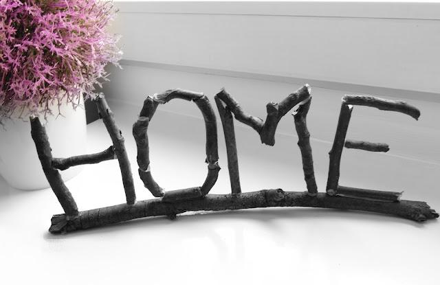 Napis Home z gałązek