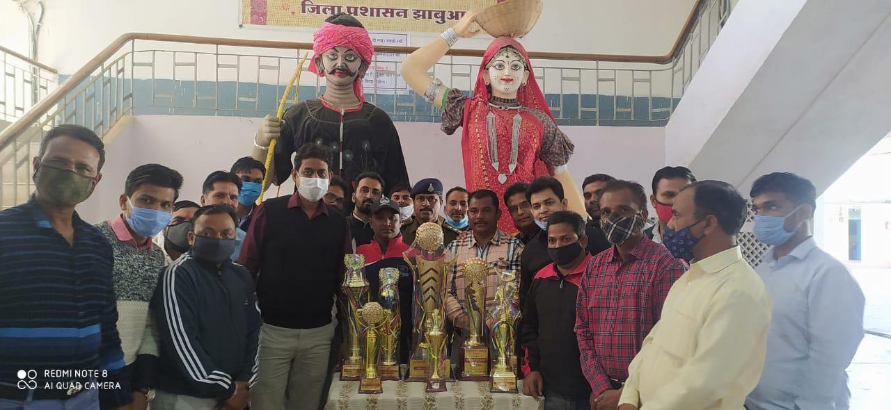 Jhabua News-कलेक्टर रोहित सिंह ने आनंद उत्सव ट्राफियो का अनावरण किया