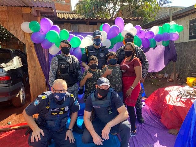 Guardas municipais fazem surpresa para crianças da comunidade da Brás