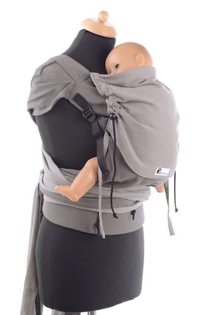 Wrap Tai by Huckepack, Babytrage mit auffächerbaren Träger, stabilem Hüftgurt, individuell anpassbarem Panel, komplett aus Tragetuchstoff.