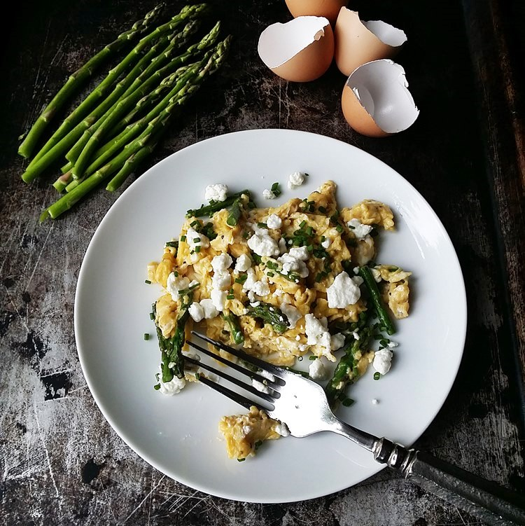 Perfect Scrambled Eggs with Asparagus, Goat Cheese and Chives from www.bobbiskozykitchen.com