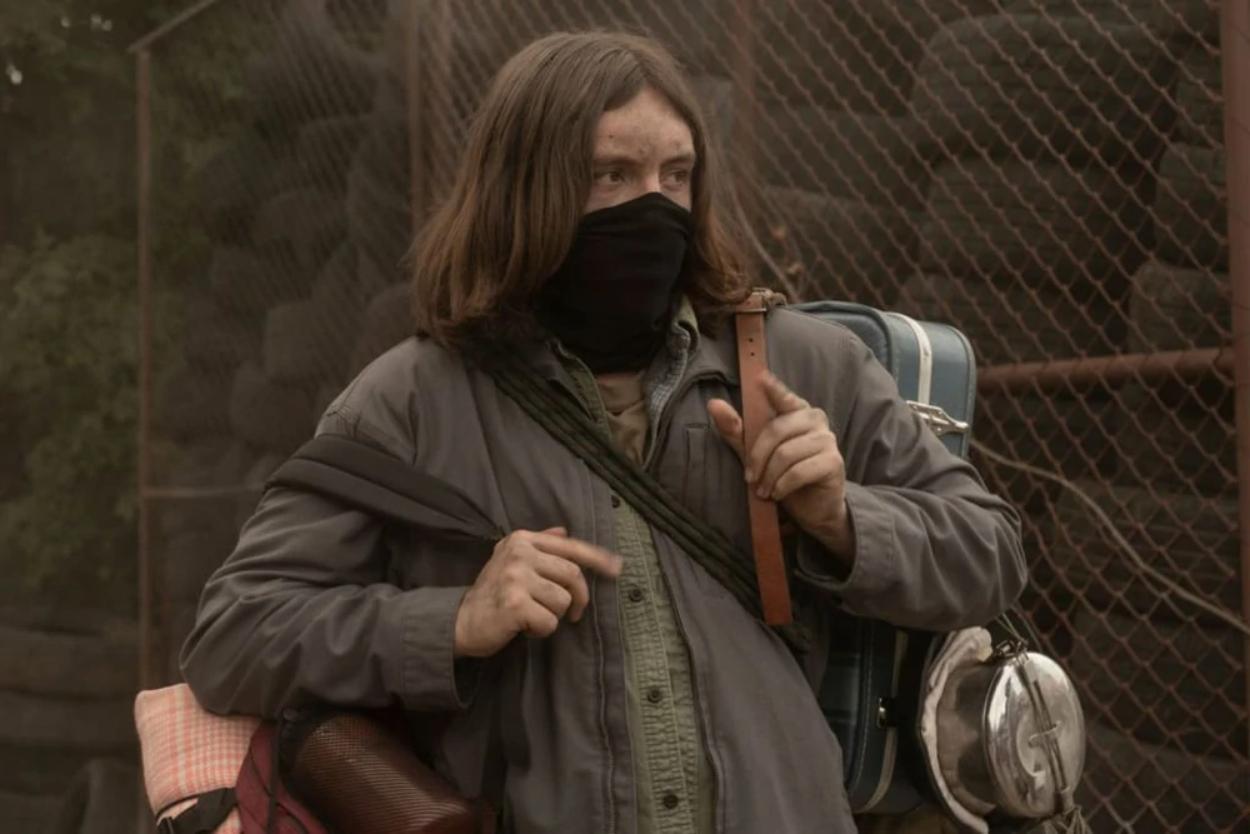 Silas sale del bloqueo y salva a todo el grupo en el episodio 1x03 de The Walking Dead: World Beyond