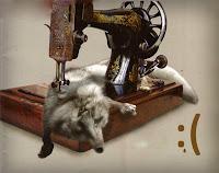 Dikiş makinesi altındaki bir tilki kürkü ile kürk kullanımını protesto eden bir görsel