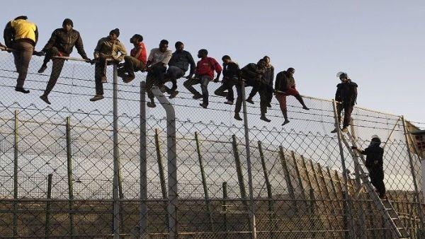 Muere inmigrante al saltar valla que separa Marruecos de España