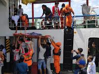 Tim SAR BASARNAS Bone Evakuasi Korban Meninggal di KMP Mishima