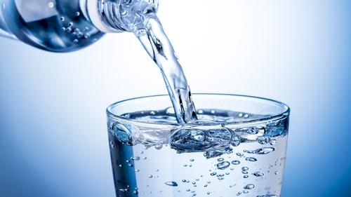 2. Tetap Konsumsi Air Putih secara Rutin