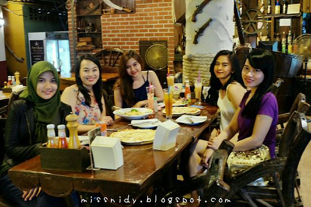 makan malam di phi phi island