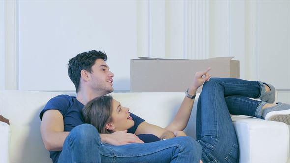 pareja feliz en el sillón