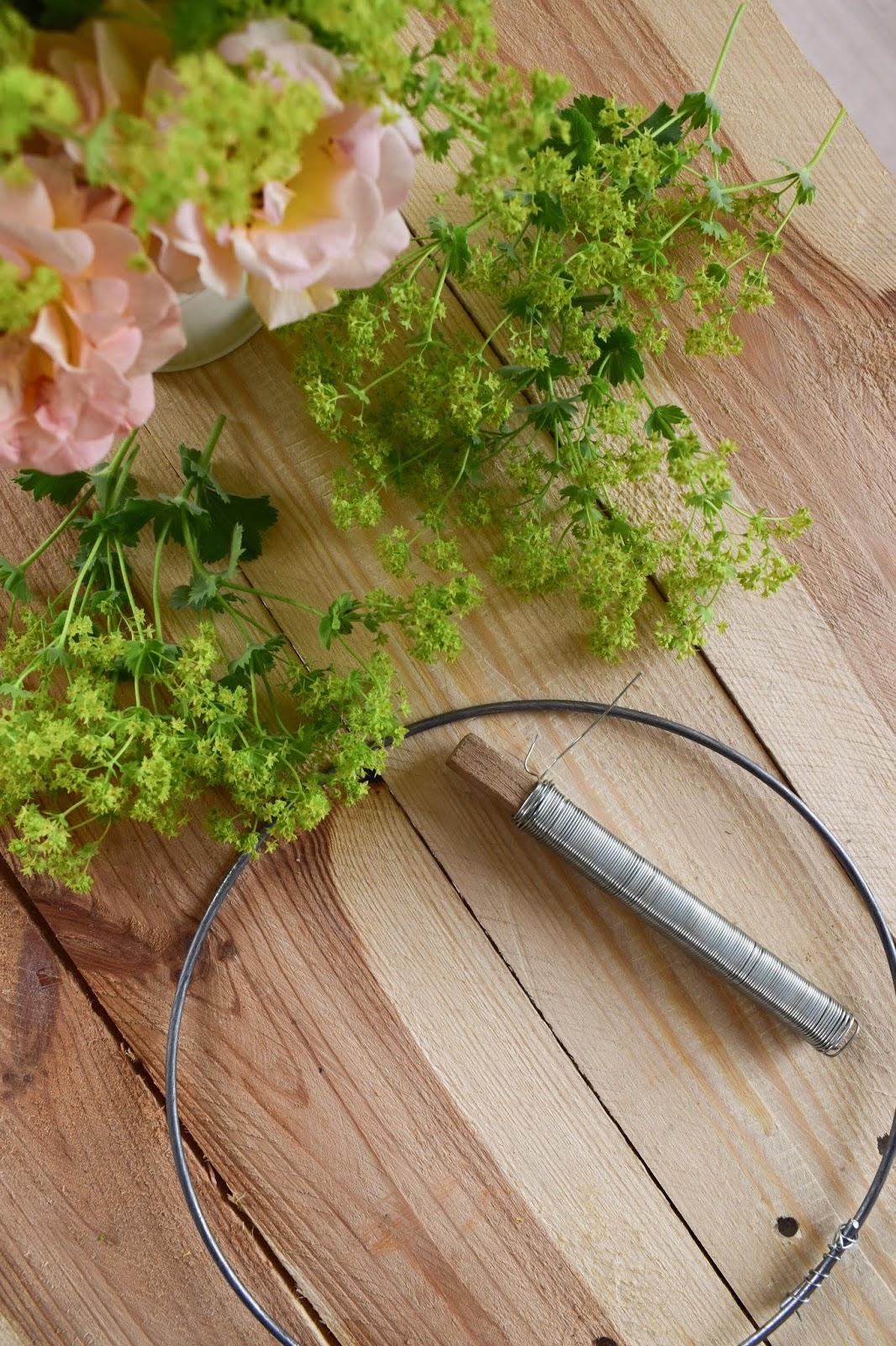 Frauenmantel Deko: Kranz binden für den Sommer. Anleitung für einen natürlichen Kranz aus Naturmaterialien. Einfach selber machen: Naturdeko Kränze für Sommer und Herbst aus dem Garten