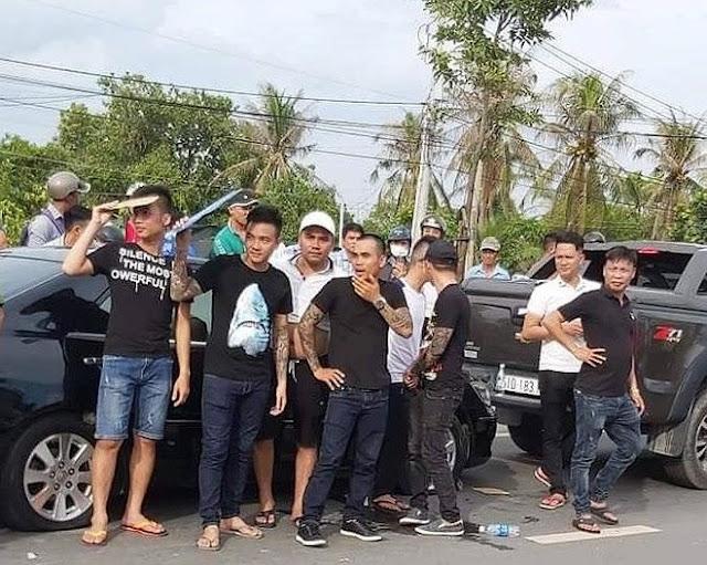 """Hàng chục thanh niên được Giang """"36"""" điều đến bao vây xe ô tô"""