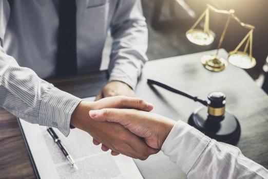 كيفية تعامل المحامي مع موكله في الحق المتنازع فيه ؟