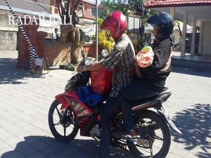 Van Jenazah Mahal, Sepasang Suami Isteri Bawa Jenazah Anak Naik Motorsikal