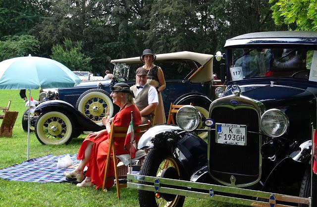 Historische Ford Modelle- Picknick und Damen mit Hüten und Charleston Kleidern