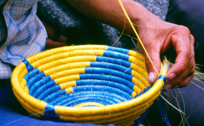 04ecaba6a5 Los artesanos de Guacamayas se han dedicado en su gran mayoría a elaborar  productos de cestería con técnicas como las de fique enrollado sobre un  armante de ...