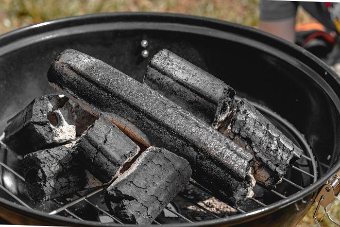 Carbonización de materia prima para obtener el carbón activado