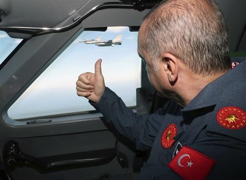 Το «γιαταγάνι» του Ερντογάν έχει δύο κόψεις – στρατό και οικονομία