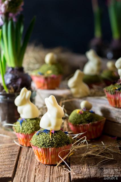 Ostermuffins mit Moos und Schokohasen Muffins mit Gras und Blüten