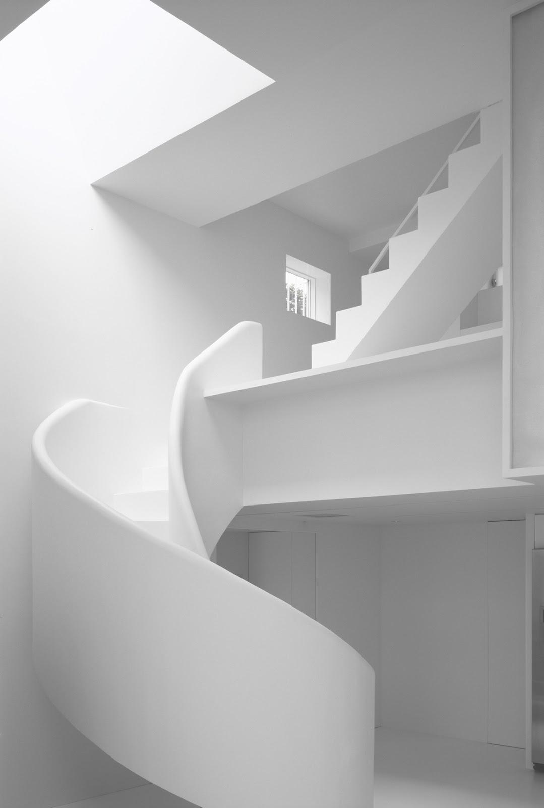 Juego de lineas y curvas en esta casa blanca y minimalista en Tokyo