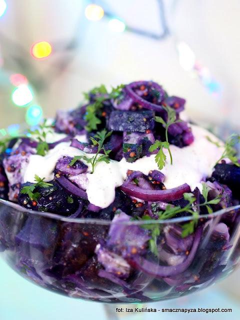 salatka sledziowa, sledz, ziemniaki, kartofle, fioletowe ziemniaki, kolor, fiolet, przekaska, domowe jedzenie, salatka z ziemniakow i sledzia, impreza, sylwester