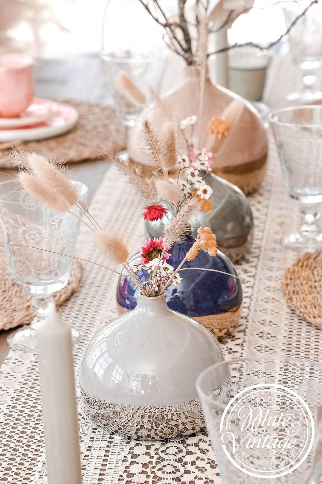 Tischdeko mit Zweigen und Papierblumen
