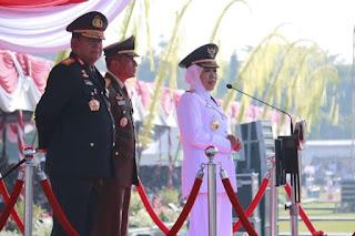 Gubernur Jawa Timur Mengambil Apel Di  Hari Bhayangkara ke 73 Tahun