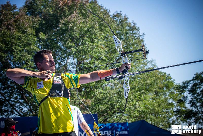 Marcus Vinicius D'Almeida com arco na mão