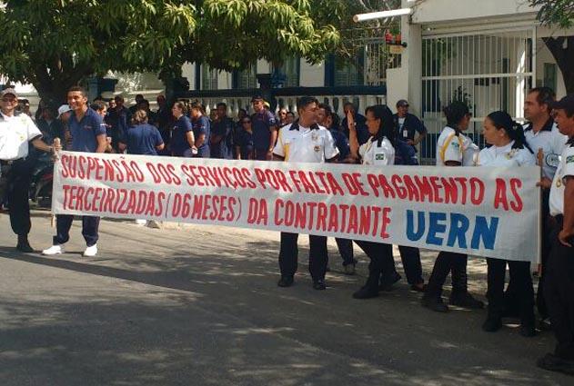 Trabalhadores da segurança e limpeza na UERN paralisam atividades