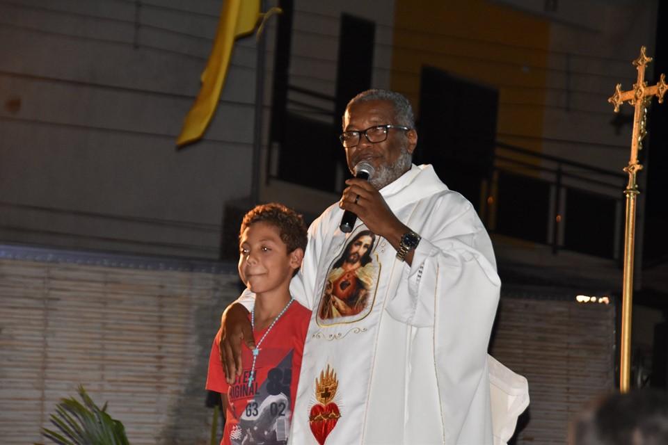 Padre Reinaldo pede oração para o menino Gabriel na missa deste domingo, cirurgia foi marcada para terça-feira (12)