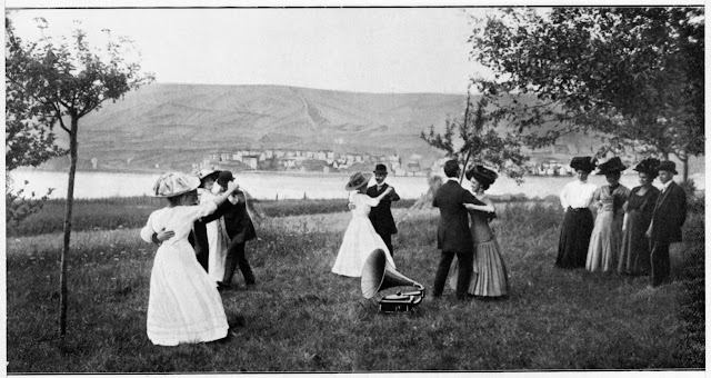 Eine alte Fotoaufnahme tanzender Menschen