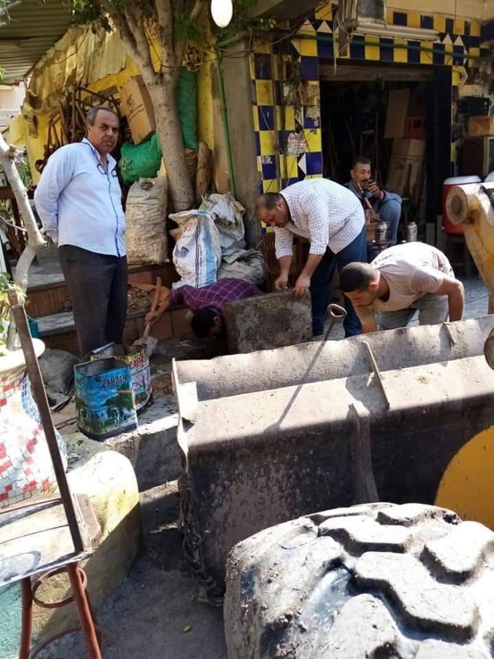 """بالصور الفيل  ... علي """"قارعة الشوارع"""" يرافق عمال الصرف ك ظلهم لتنفيذ عملية تسليك وتطهير البلوعات وصفايات المطر من الرواسب لرفع جاهزيتها"""